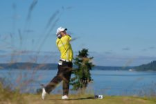 Patrick Reed watches his tee shot on the 12th hole during Wednesday's practice round for the 2015 U.S. Open at Chambers Bay (cortesía USGA)