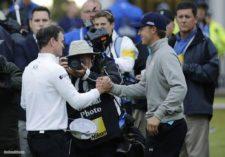 Zach Johnson, izquierda, congratulado por Jordan Spieth (cortesía onlineathens.com)