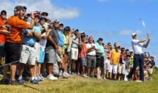 Fans watch as Jordan Spieth of the United States hits a shot during a practice round prior to the 2015 PGA Championship at Whistling Straits on August 12, 2015 in Sheboygan, Wisconsin (Photo by Andrew Redington/Getty Images)