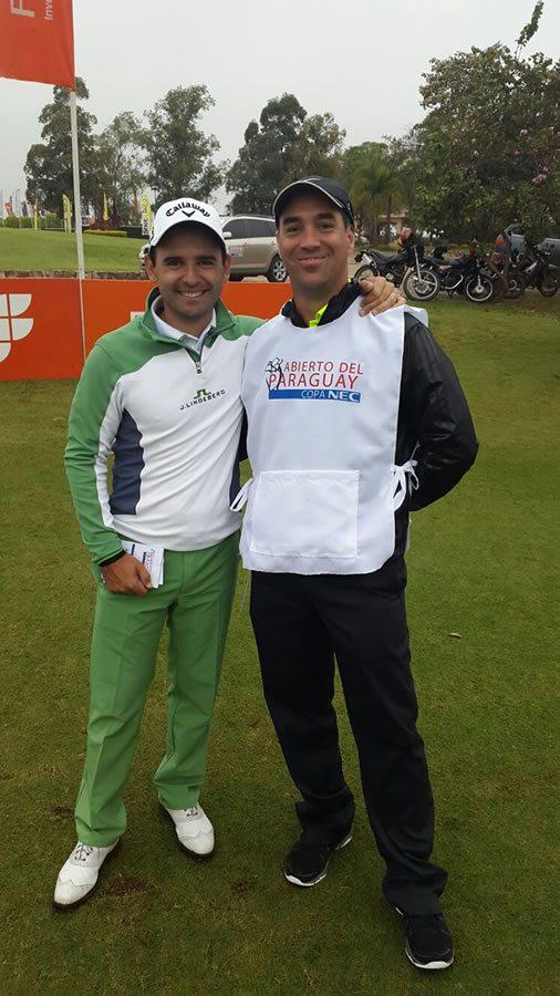Fabrizio Zanotti junto a Sergio Fiore, Presidente de la Subcomisión de Golf del Club Centenario y esta semana Caddie de lujo de Rafael Echenique.