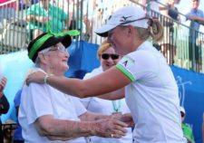 Suggs recibe a Stacy Lewis en el RR Donnelley LPGA Founders Cup 2013 (Getty Images) - (cortesía www.skysports.com)