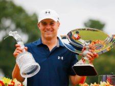 Jordan Spieth con los dos trofeos (cortesía www.slantnews.com)