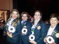 Campeonas de 4ta Categoría con sus trofeos, Luz Marina Chaux, Ingrid Valencia, Ana Isabel Cruz y Yolanda Lemus