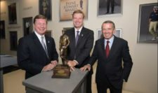 CEO at Southern Company Tom Fanning, recipient Ernie Els, and PGA TOUR Commissioner Tim Finches pose with the Payne Stewart Award for the TOUR Championship by Coca-Cola (cortesía PGA TOUR)