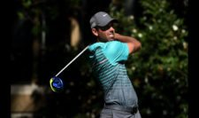 Charl Schwartzel of South Africa plays his shot from the eighth tee (cortesía PGA Tour/ Steve Dykes)