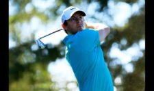 Rory McIlroy of Northern Ireland plays his shot from the 11th tee (cortesía PGA Tour/ Cliff Hawkins)