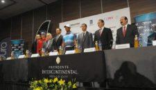 Tiger Woods (USA) y Carlos Ortiz (MEX) junto a directivos en el lanzamiento de la Bridgestone America's Golf Cup presentado por Value / Gentileza: Enrique Berardi/PGA TOUR