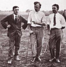 Izq-der, John M. Inglis de 'Perforated Grip', Pro & Club Maker en Montgomery C.C; Gilbert Nichols de Dover, England, y Fred McLeod, jugaban una serie de juegos entre los tres (cortesía www.northberwick.org.uk