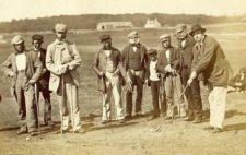 Old Tom Moris (lizq) ve un jugador de primer golpe en 1855 (cortesía www.dailymail.co.uk)