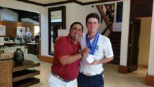 """""""Pichu"""" García celebra su medalla de plata con su coach Alexander Capitillo"""