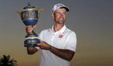 Adam Scott con Trofeo WGC Cadillac Championship (cortesía PGA Tour / Stan Batz)