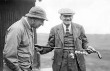 El legendario escritor de golf Bernard Darwin, a la derecha, sostiene el Putter del Presidente en 1932 (cortesía www.wsj.com)