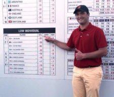 Jon Rahm mostrando récord Mundial Amateur (cortesía www.larrabea.com)