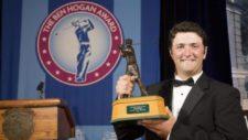Jon Rahm recibiendo el Ben Hogan Award (cortesía www.cronicagolf.com)