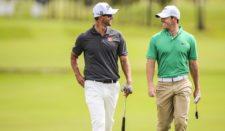 Adam Scott & Rory McIlroy (cortesía PGA TOUR / Chris Condon)