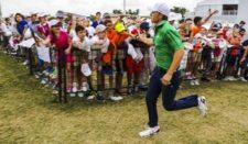 Jordan Spieth y fanáticos (cortesía PGA TOUR / Stan Badz)