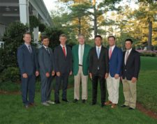 Chairman de AugustaNationalGC & the Masters tournament Billy Payne c/amateurs (Izq-Der), Sammy Schmitz, Romain Langasque, Paul Chaplet, Cheng Jin, Bryson DeChambeau & Derk Bard antes de Cena Amateur (cortesía Augusta National Inc)
