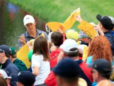 Masters champion Jordan Spieth firma autógrafos para patrones durante el Par 3 Contest at the 2016 Masters Tournament miércoles April 6 2016 (cortesía Augusta National Inc.)