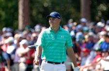 Masters champion Jordan Spieth smiles with the patrons as he walks No. 17 during Practice Round 1 (cortesía Augusta National Inc.)