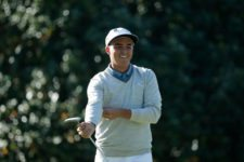 Rickie Fowler prepares to putt on No. 1 during Practice Round 2 (cortesía Augusta National Inc.)