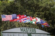 Flags fly above the Main Score board during Round 2 at Augusta National Golf Club on Friday April 8, 2016 (cortesía Augusta National Inc.)