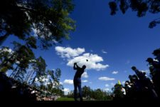 Paul Casey of England hits his tee snot on No. 14 during Round 2 at Augusta National Golf Club on Friday April 8, 2016 (cortesía Augusta National Inc.)