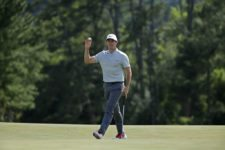 Rory McIlroy of Northern Ireland walks to No. 18 during Round 2 at Augusta National Golf Club on Friday April 8, 2016 (cortesía Augusta National Inc.)