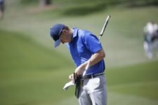 Sunlight reflects off his club as Masters champion Jordan Spieth records his par on No. 7 during Round 2 at Augusta National Golf Club on Friday April 8, 2016 (cortesía Augusta National Inc.)