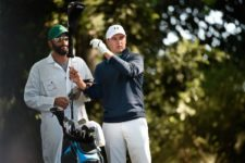 Masters champion Jordan Spieth chooses a driver on No. 2 during Round 1 at Augusta National Golf Club on Thursday April 7, 2016 (cortesía Augusta National Inc.)