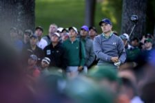 Masters champion Jordan Spieth watches his tee shot on No. 17 during Round 3 at Augusta National Golf Club on Saturday April 9, 2016 (cortesía Augusta National Inc.)