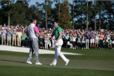 Danny Willett of England congratulates playing partner Lee Westwood of England on No. 18 (cortesía Augusta National Inc)