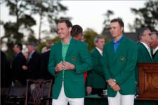 Masters champion Jordan Spieth presents the Green Jacket to 2016 Masters Champion Danny Willett of England during the Green Jacket Presentation (cortesía Augusta National Inc.)