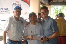 Guillermo Ochoa y Rolando Hernández (Directivos Asia) entregan premio al Long Drive a Gustavo Vera