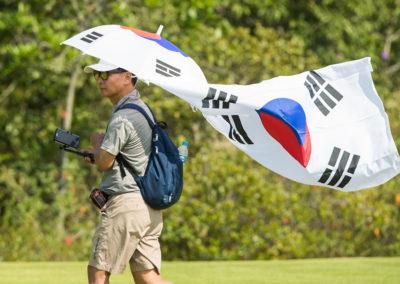 Un fan coreano camina por el campo (cortesía Tristan Jones/IGF)