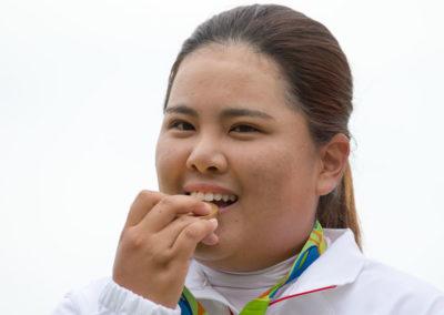 Inbee Park de Corea del Sur muerde su medalla de oro (cortesía Tristan Jones/IGF)