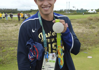 Sam Dorman muestra su medalla de plata olímpica de trampolín (Photo Stan Ba/z/PGA TOUR/IGF)