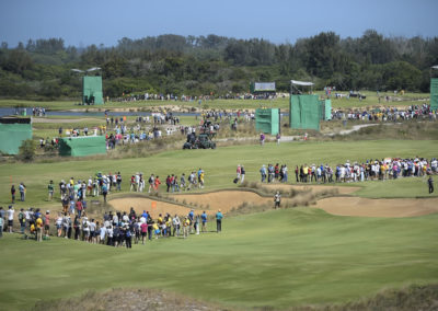 Espectadores caminando por el campo (Photo by Chris Condon/PGA TOUR/IGF)