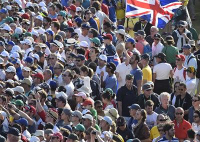 Fans disfrutan la acción en el hoyo 18 (Photo by Chris Condon/PGA TOUR/IGF)