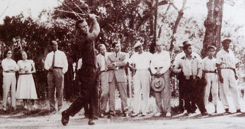 Arnold Palmer durante la segunda ronda del Abierto de Colombia en 1956 (cortesía Fedegolf)