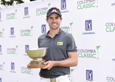 Andrés Echaverría y Trofeo (cortesía Enrique Berardi/PGA TOUR)