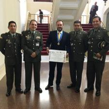 Foto con policía y reconocimiento del premio nacional de periodismo Antonio Nariño Fenalprensa. ACPP al Empresario Deportivo del Año 2015