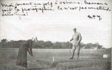 Victoria Eugenia prueba su swing en la isla de Wight, en una postal que envió a su prometido Alfonso XIII (cortesía Gerardo Rebanal)