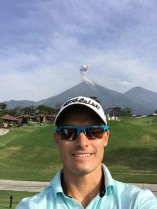 Chileno Espinosa inspirado con Volcán Fuego Maya lleva parcialmente 10 bajo-par (cortesía Twitter)