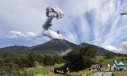 Chileno Espinosa inspirado con Volcán Fuego Maya lleva parcialmente 10 bajo-par