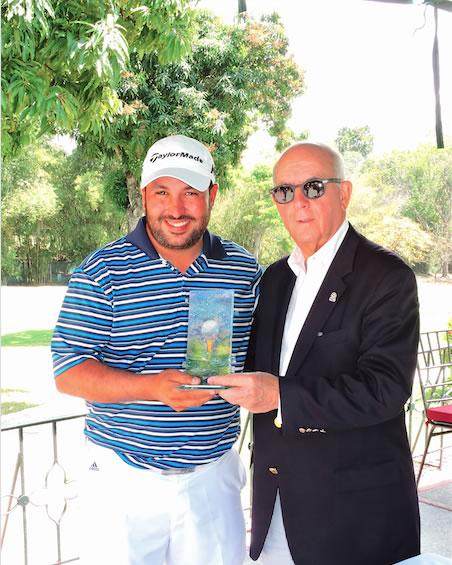 Ezequiel Prieto recibe trefeo de manos de Freddy Alcántara presidente de FVG