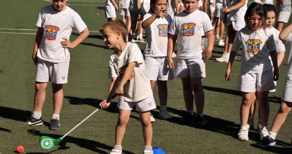 Los chicos del colegio Mark Twain aprenden golf