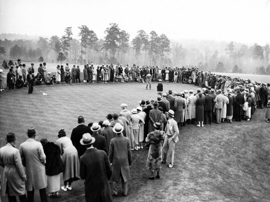 Horton Smith haciendo un put en el 8vo green del primer Masters en 1934 (cortesía Blogger)