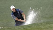 Jordan Spieth sale de un bunker en el hoyo No. 2 (cortesía Augusta National Golf Club)