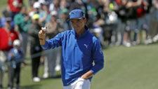 Rickie Fowler saluda al público en el hoyo at No. 2 (cortesía Augusta National Golf Club)