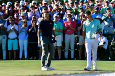 Justin Rose y Adam Scott en el hoyo No. 18 (cortesía Augusta National Golf Club)